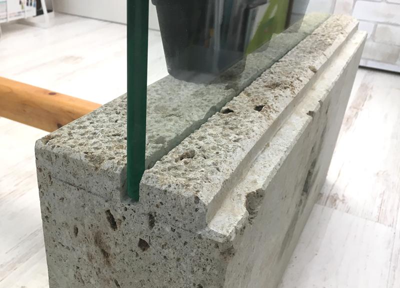 ガラステーブルを大谷石の「脚」で